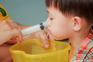 Промывание носа шприцем